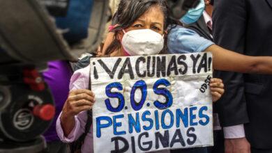 """Photo of """"¡Todos merecemos vivir!"""", claman abuelitos exigiendo vacuna anti Covid en Venezuela"""