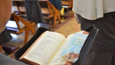 Photo of La Liturgia de las Horas no es sólo para curas y monjas: comienza hoy y disfruta de sus beneficios