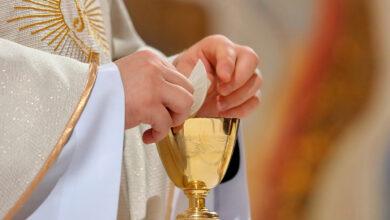 Photo of ¿Por qué los sacerdotes ponen un trozo de hostia en el cáliz?