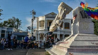 Photo of Derriban en Barranquilla la estatua centenaria de Colón al grito de «asesino»