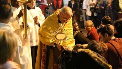 Photo of Un cura habla de los «milagros» de las vigilias de sanación: la Adoración al Santísimo es el centro