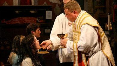 Photo of Estudio demuestra que es absurdo obligar o recomendar la comunión en la mano para evitar el contagio de Covid