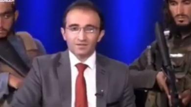 Photo of ¡Surreal! Presentador de Afganistan TV leyó titulares rodeado de talibanes armados
