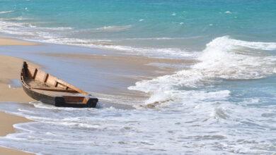 Photo of Guyaneses rescataron a dos personas del peñero que naufragó en costas de Delta Amacuro