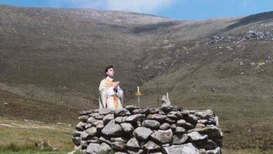 Photo of Durante la persecución inglesa, los irlandeses hacía misas en rocas del bosque: hoy vuelven a ellas